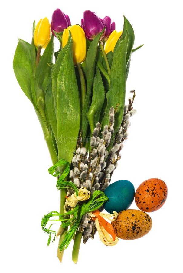 Samenstelling van hand geschilderde paaseieren, bloemen, katjes, daffo stock afbeeldingen