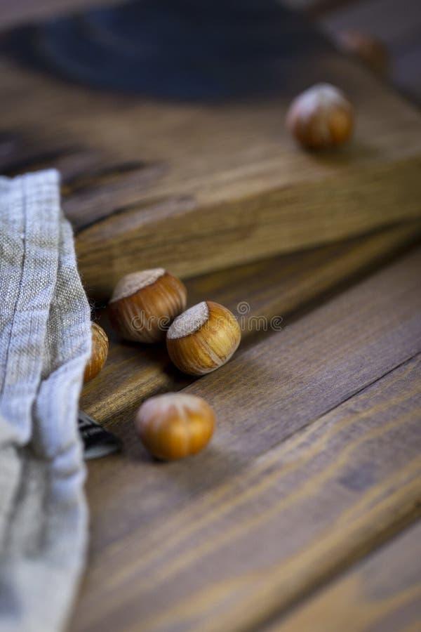 Samenstelling van hazelnoten bij houten achtergrond, servet dichtbij royalty-vrije stock foto