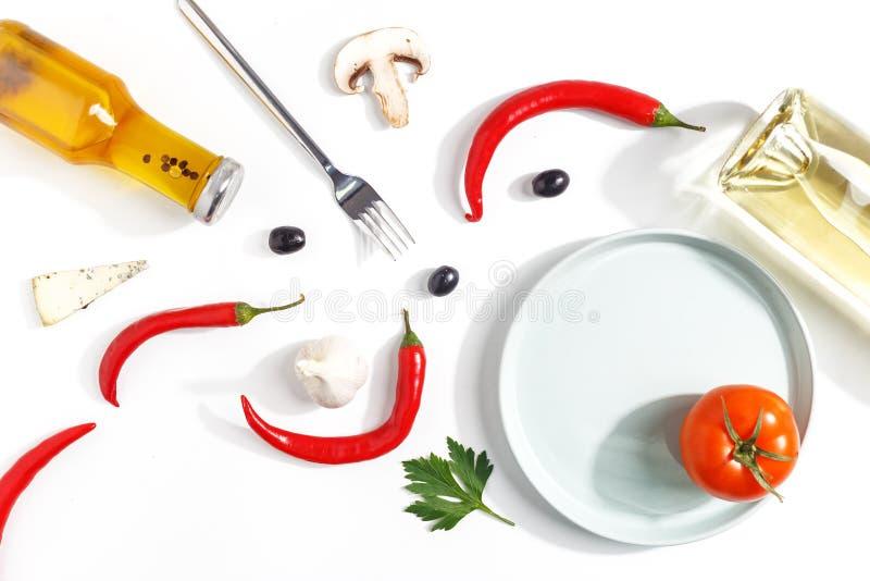 Samenstelling van hete Spaanse peper, olie, een fles witte wijn, plakken van kaas en paddestoelen op een witte achtergrond Hoogst stock fotografie