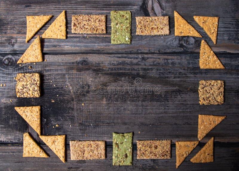 Samenstelling van Integrale crackers met gezonde zaden royalty-vrije stock foto