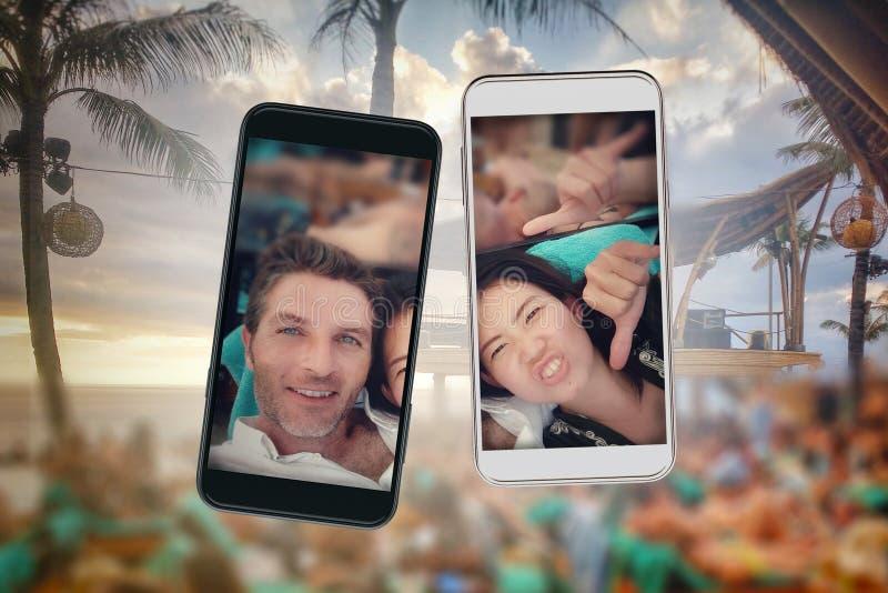 Samenstelling van jong mooi en gelukkig gemengd het behoren tot een bepaald ras Aziatisch en Kaukasisch paar en mobiele telefoons stock fotografie