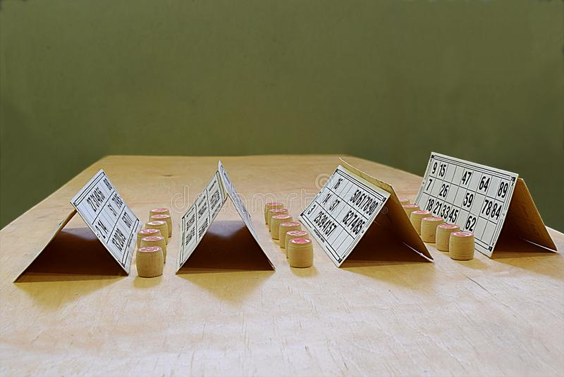 Samenstelling van kaarten en lottospaanders stock afbeeldingen