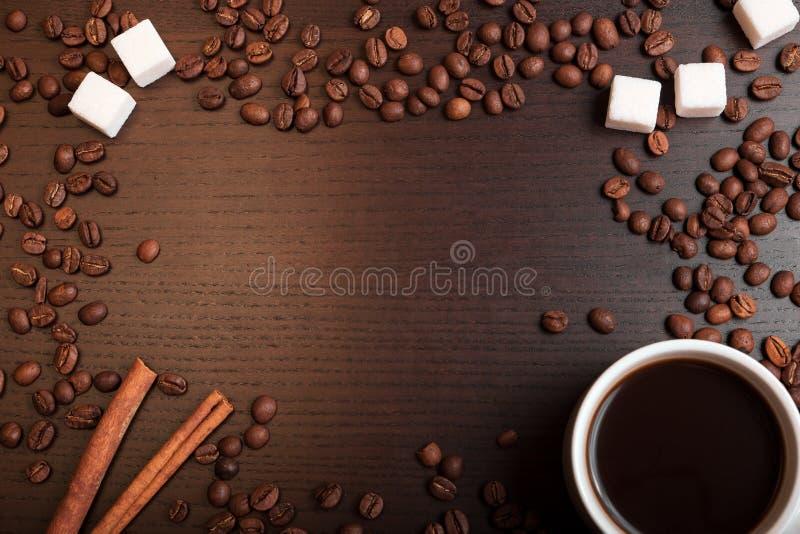 Samenstelling van kop van koffie, koffiebonen, suikerkubussen en cinn stock afbeeldingen