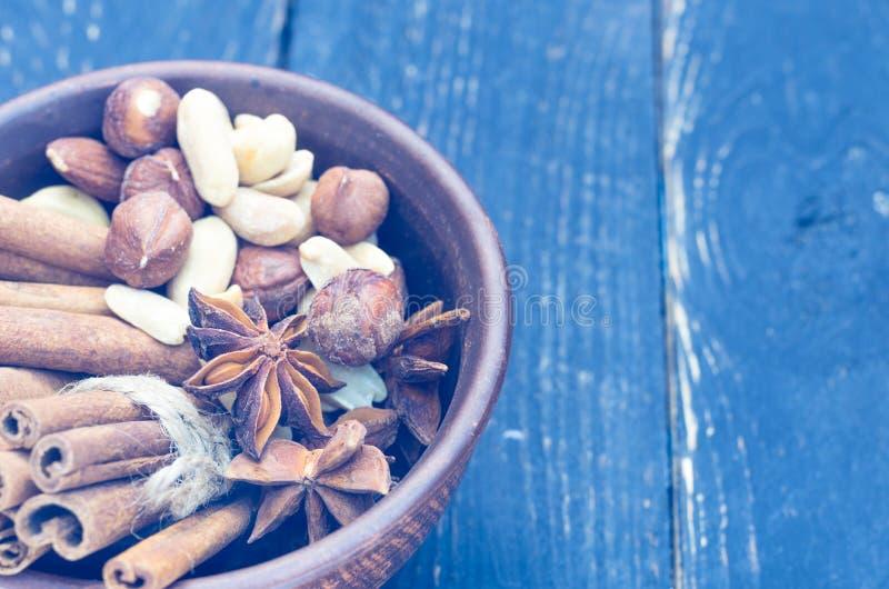 Samenstelling van kruiden en diverse noten stock foto's