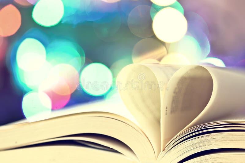 Samenstelling van liefde met open boekhart stock fotografie