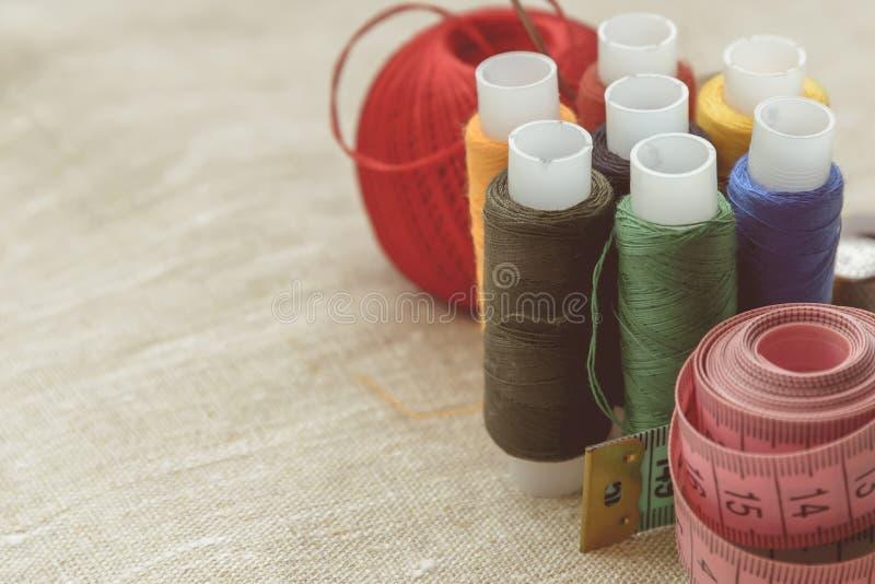 Samenstelling van naaister, kleermaker, draad voor het naaien en voor het breien stock foto