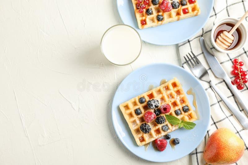 Samenstelling van ontbijt met Belgische wafels royalty-vrije stock foto's