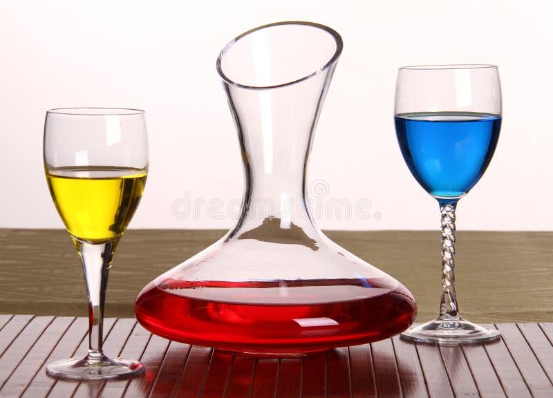 Samenstelling van 3 punten, een karaf en glazen stock foto