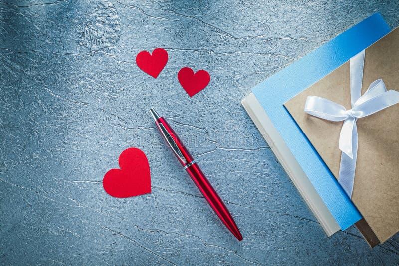 Samenstelling van rode hartenballpoint uitstekende het schrijven boeken  stock afbeeldingen