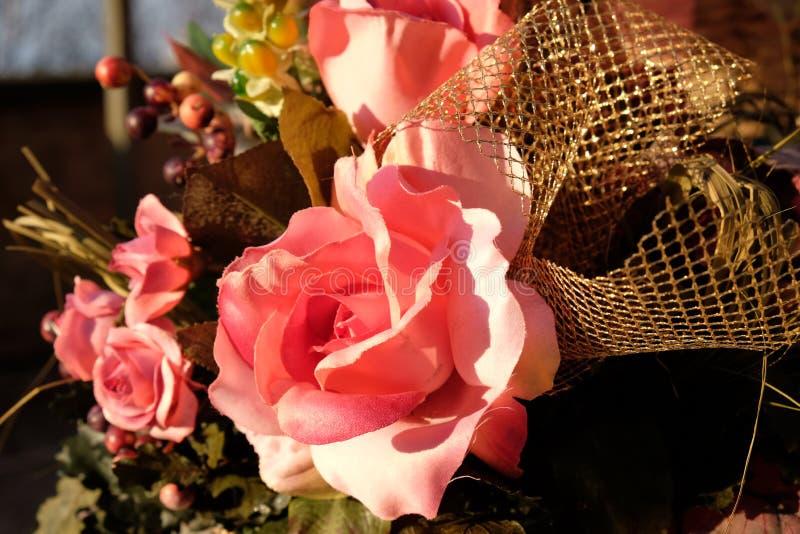 Samenstelling van roze rozen stock afbeeldingen