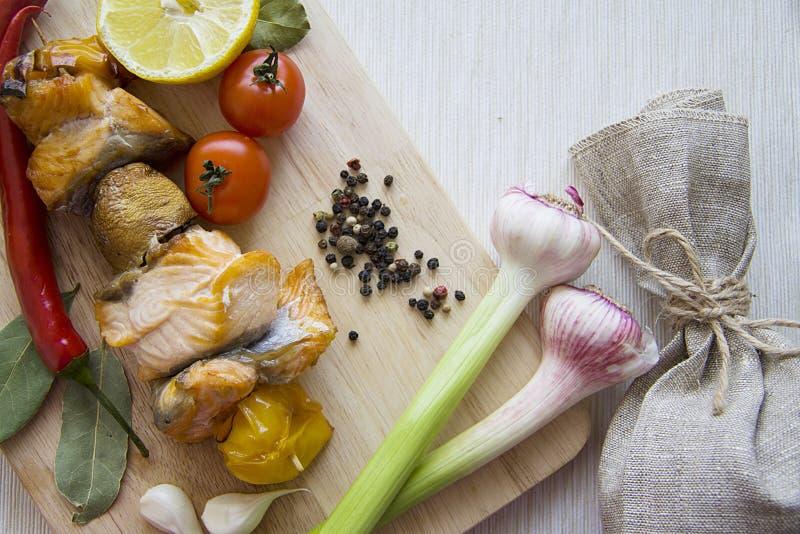 Samenstelling van vissen en groenten stock fotografie