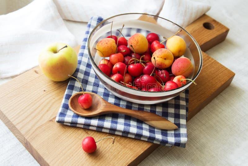 Samenstelling van vruchten en bessen royalty-vrije stock foto's