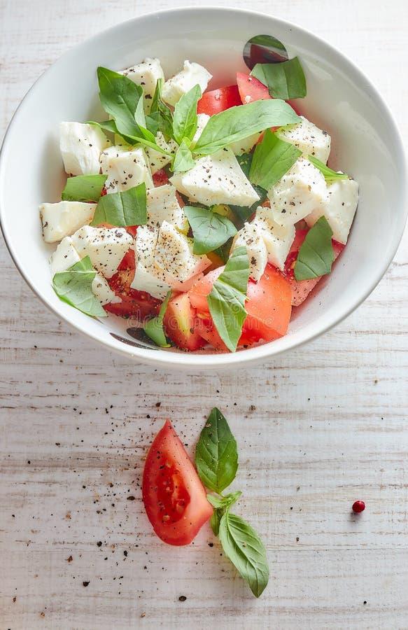 Samenstellings Griekse salade met verse groenten op een een houten achtergrond, feta-kaas en een basilicum Liefde voor het concep stock foto's