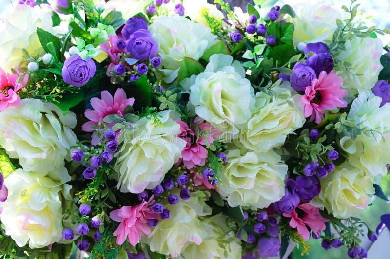 Samenstellingsbloemen van grote beige rozen, kleine purpere rozen en roze asters royalty-vrije stock fotografie