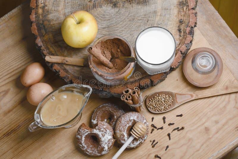 Samenstellingspeperkoeken, melk en honing en kruiden - de kaneel, koriander, kruidnagels, ruwe eieren, vulde peperkoek, appelen,  stock afbeeldingen