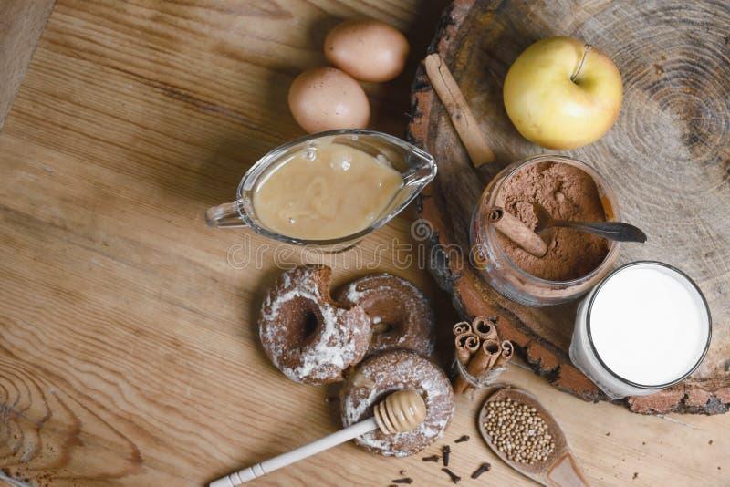 Samenstellingspeperkoeken, melk en honing en kruiden - de kaneel, koriander, kruidnagels, ruwe eieren, vulde peperkoek, appelen,  royalty-vrije stock fotografie