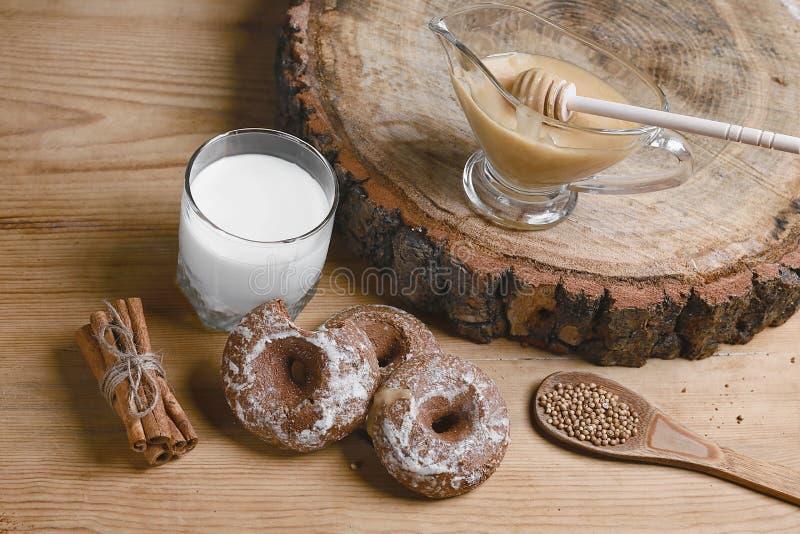 Samenstellingspeperkoeken, melk en honing en kruiden - de kaneel, koriander, vulde peperkoek op een houten achtergrond, hoogste m royalty-vrije stock fotografie