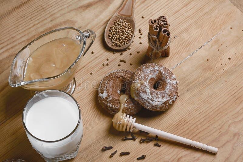 Samenstellingspeperkoeken, melk en honing en kruiden - de kaneel, koriander, vulde peperkoek op een houten achtergrond, hoogste m royalty-vrije stock foto's