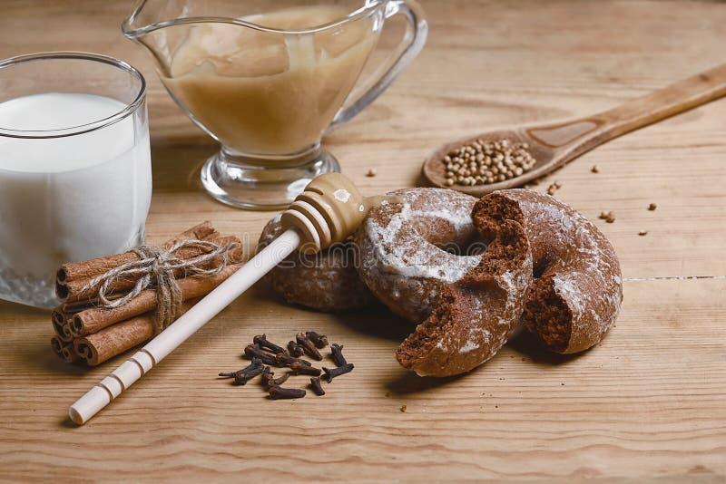 Samenstellingspeperkoeken, melk en honing en kruiden - de kaneel, koriander, vulde peperkoek op een houten achtergrond, hoogste m royalty-vrije stock afbeeldingen