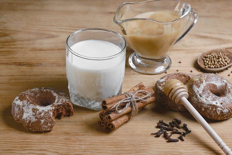 Samenstellingspeperkoeken, melk en honing en kruiden - de kaneel, koriander, vulde peperkoek op een houten achtergrond, hoogste m stock foto
