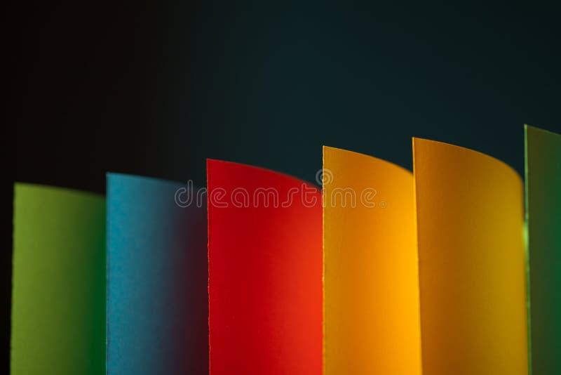 Samenvatting gekleurd document op grijze achtergrond royalty-vrije stock afbeelding