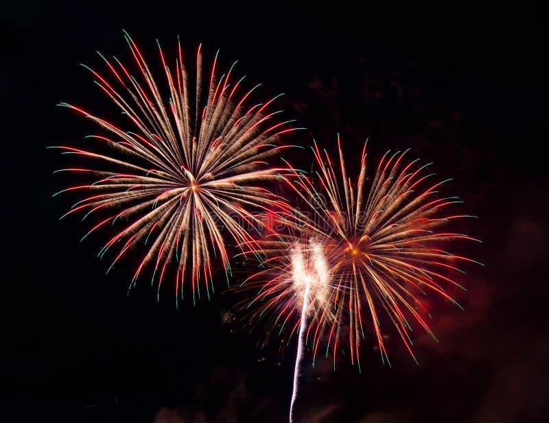 Samenvatting gekleurde die vuurwerkachtergrond voor bekledings nieuw jaar F wordt gebruikt stock foto's