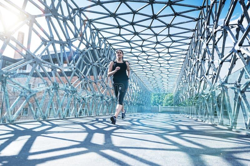 Samenvatting - Mooie vrouw die op een moderne brug lopen royalty-vrije stock fotografie