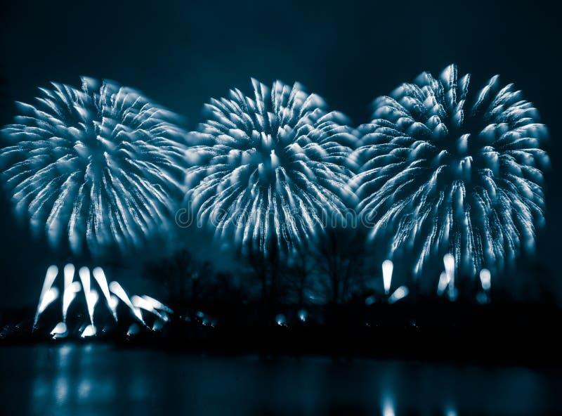 Samenvatting, onscherp, bokeh-stijl kleurrijke foto van vuurwerk in een blauwe toon royalty-vrije stock foto's