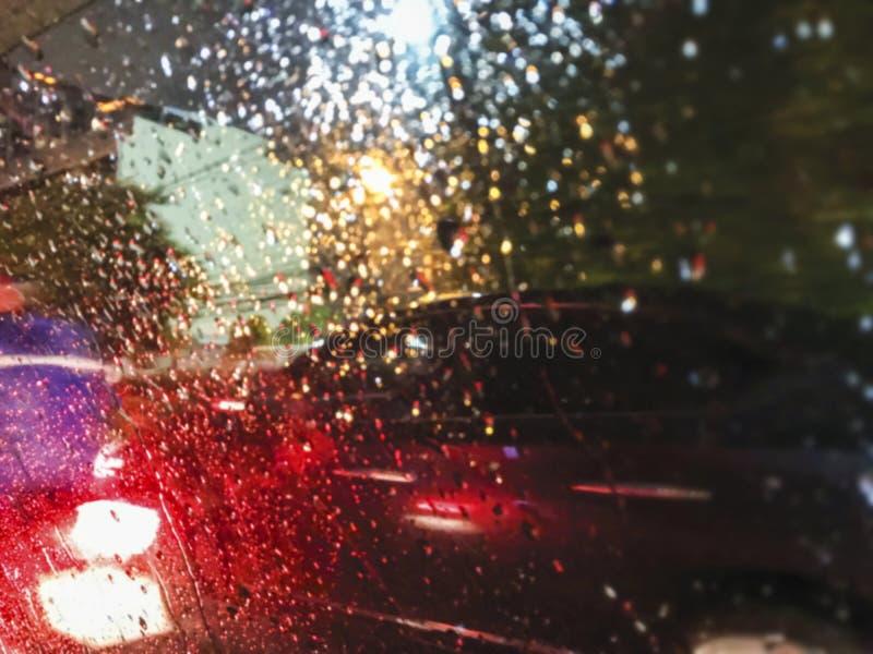 Samenvatting vage achtergrond van nachtlicht in regenachtige dag royalty-vrije stock afbeelding