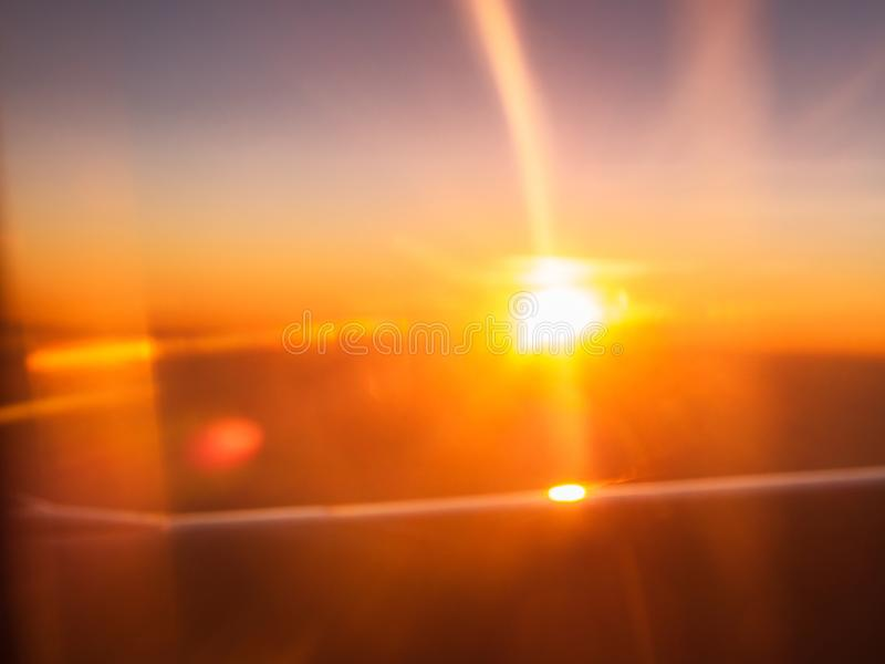 Samenvatting vage zonneschijn door het vliegtuigvenster bij zonsopgang stock afbeeldingen