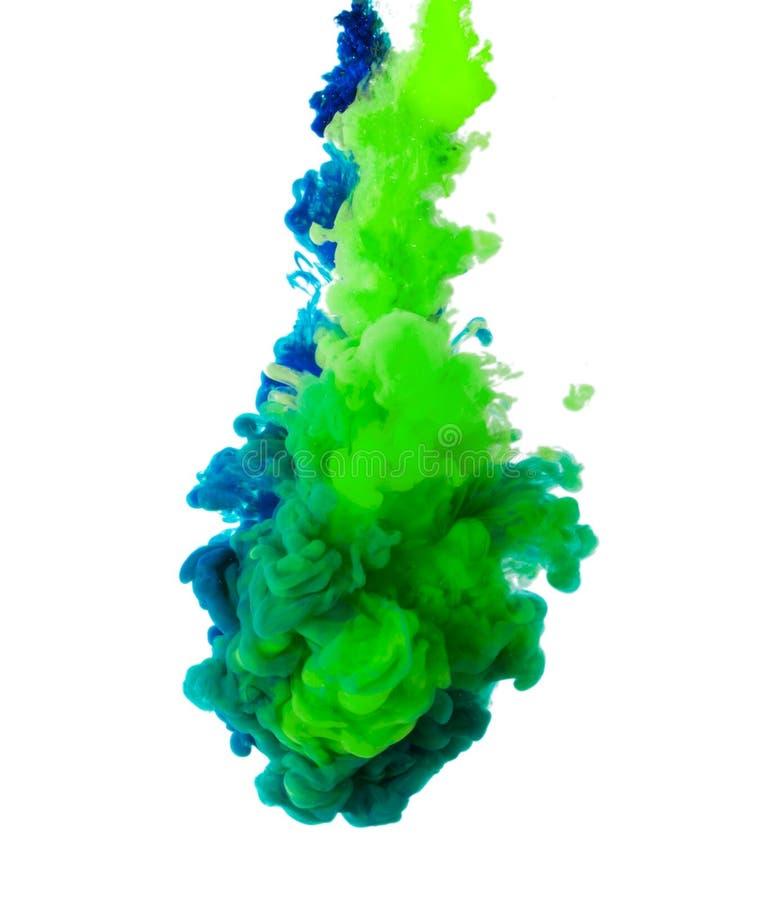 Samenvatting van kleurrijke die kleurstofinkt in waterkunst op witte achtergrond wordt geïsoleerd royalty-vrije stock foto