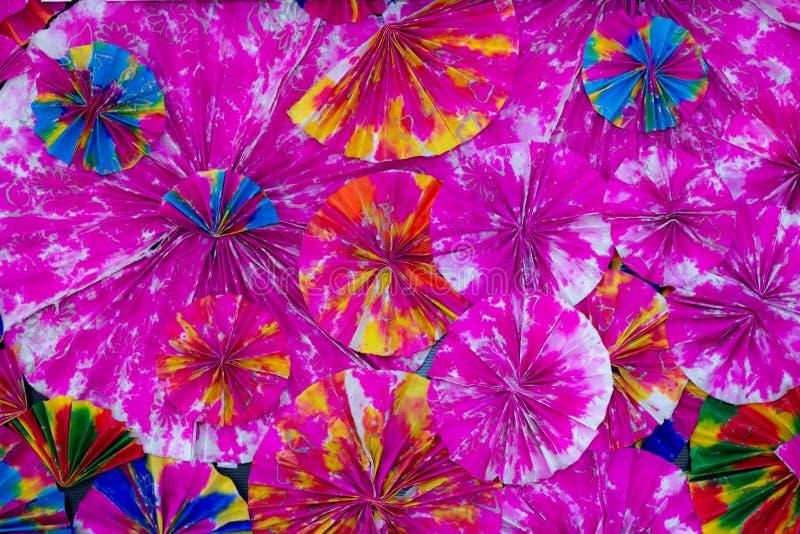 Samenvatting van kleurrijke document filigraandiestroken in golven worden gevouwen stock afbeelding