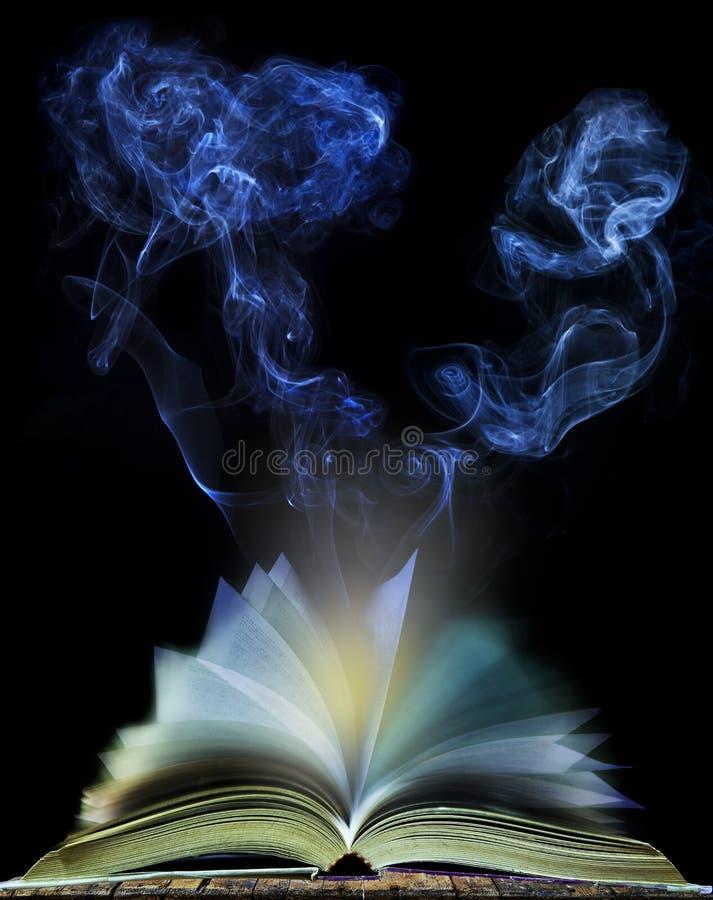 Samenvatting van open boekpagina met het bewegen van rook op zwarte achtergrond royalty-vrije stock foto's