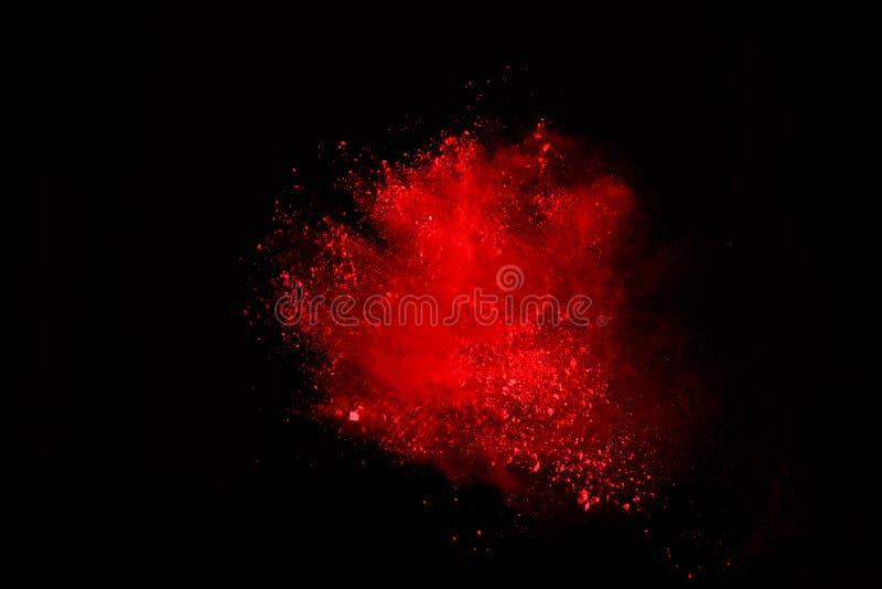 Samenvatting van rode poederexplosie op zwarte achtergrond Het rode poeder splatted isolate Gekleurde wolk Het gekleurde stof exp stock afbeelding