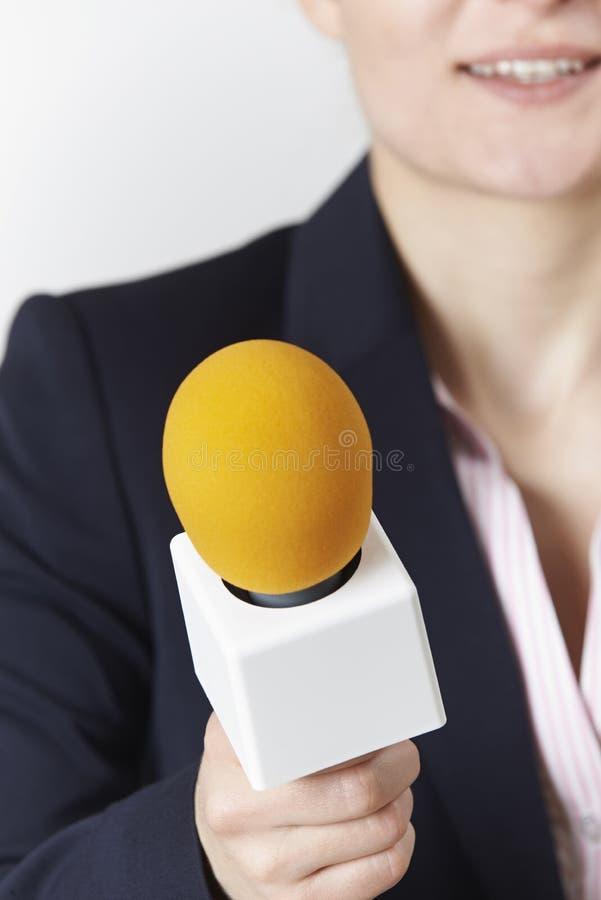 Samenvatting van Vrouwelijke Journalist With Microphone wordt geschoten dat stock foto