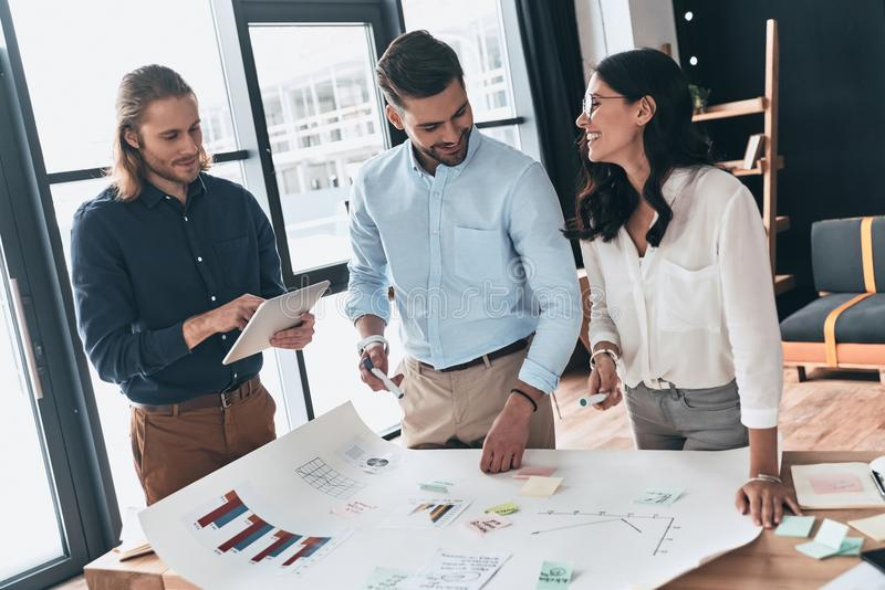 Samenwerking in actie Groep jonge zekere bedrijfsmensen royalty-vrije stock afbeelding