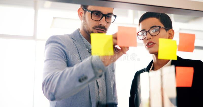 Samenwerking en analyse door bedrijfsmensen die in bureau werken stock foto
