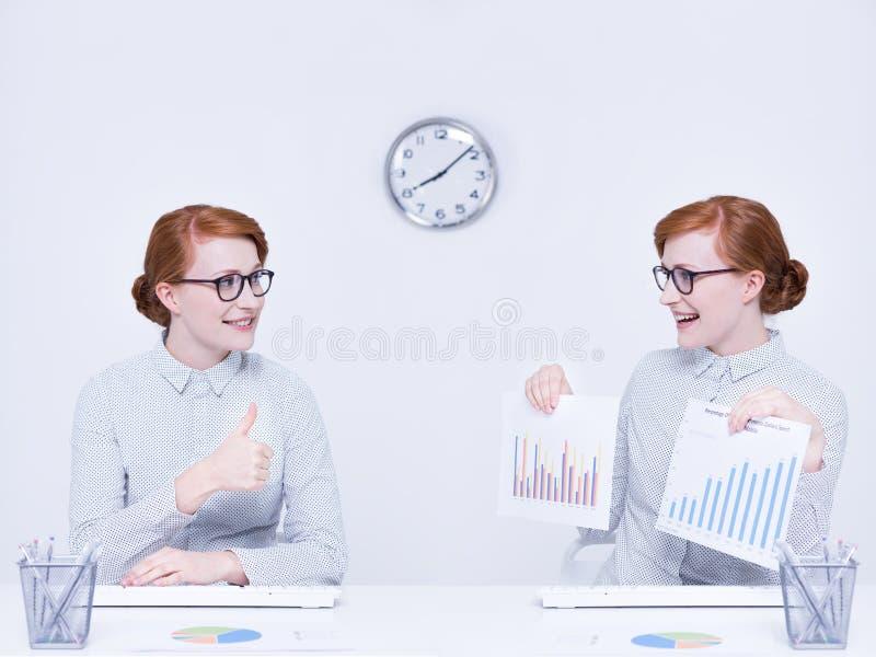Samenwerking van vrouwelijke werknemers stock foto's