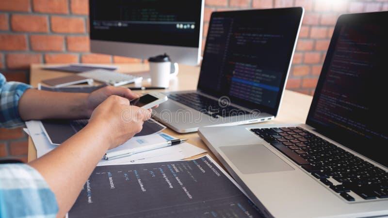 Samenwerkings van de de ingenieurswebsite van de het werksoftware de ontwikkelaartechnologie?n of programmeur het werk codage op  royalty-vrije stock afbeeldingen