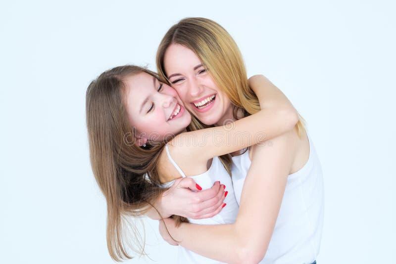 Samhörighetskänsla för kram för familj för moderdotterförälskelse royaltyfri foto