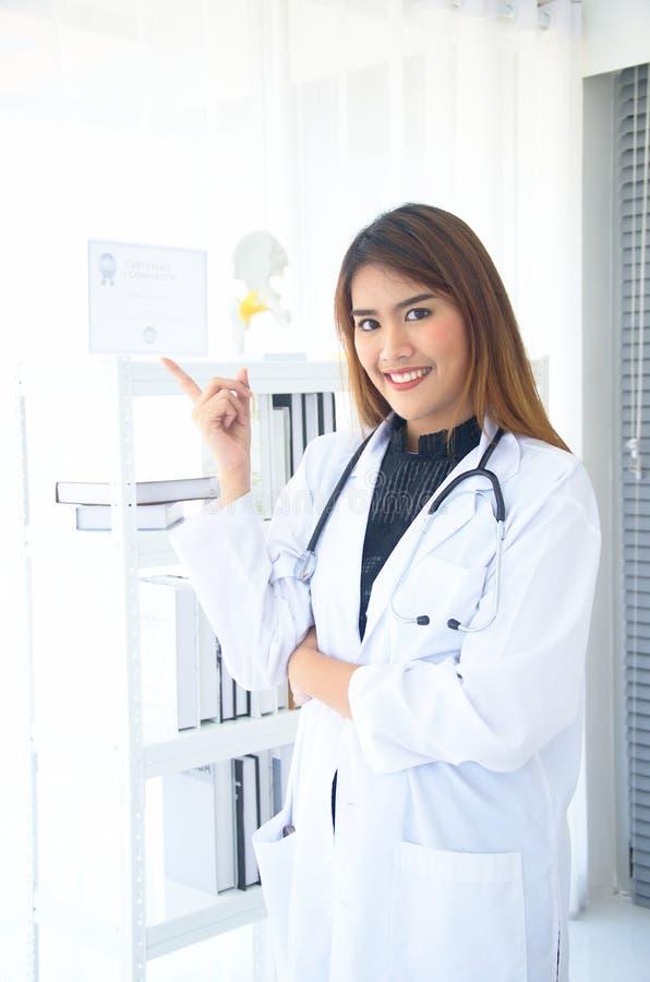 Samica lekarska wykazuje świadectwo ukończenia fotografia royalty free