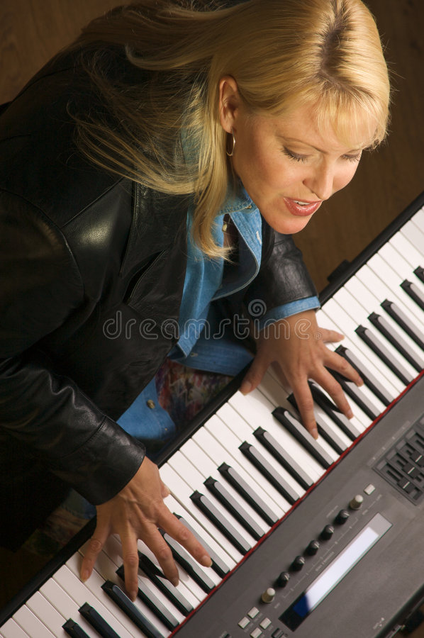 samica muzyk wykonuje fotografia stock