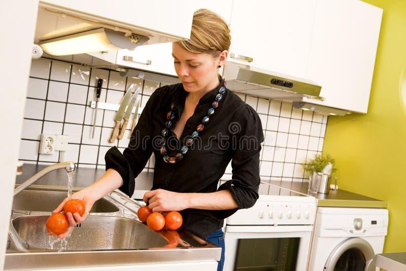 samica pomidorów mycia zdjęcie royalty free