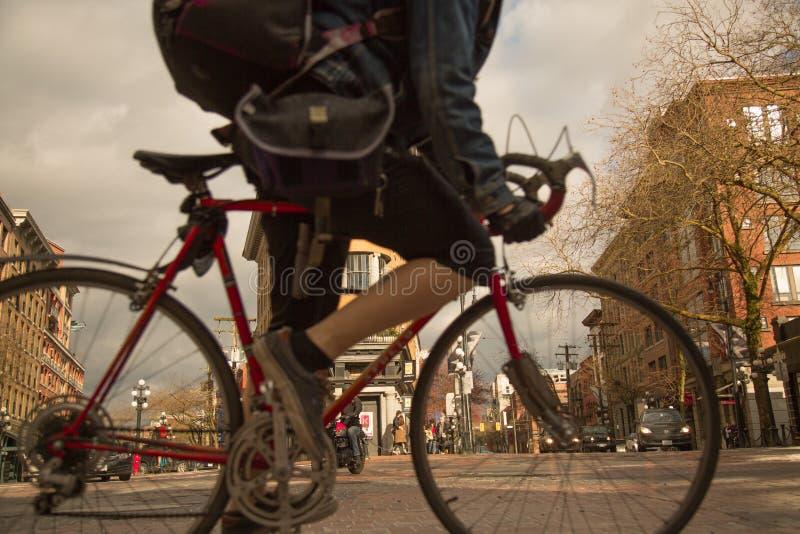 Samiec bicycling przez punktu zwrotnego Vancouver Gastown okręgu fotografia stock