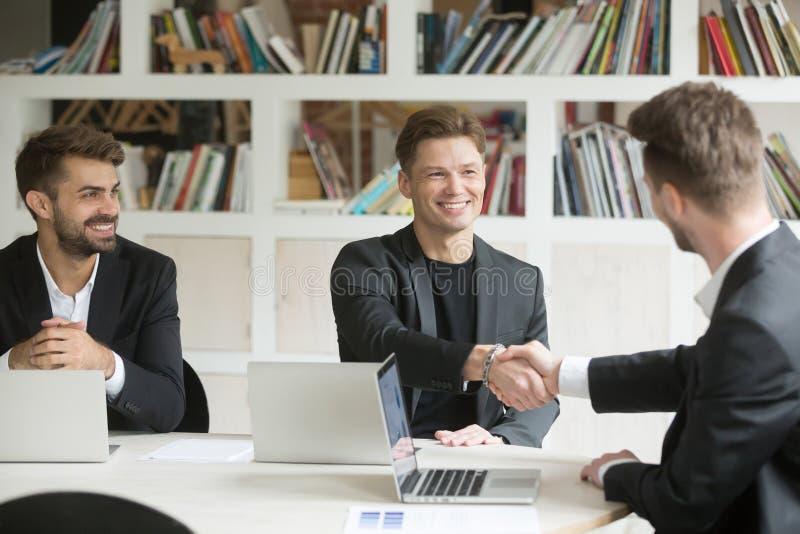 Samiec CEO powitalny nowy kolega podczas gdy negocjujący w biurze obraz royalty free