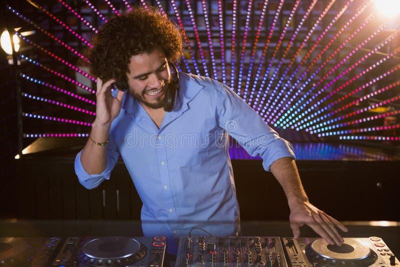 Samiec DJ bawić się muzykę obrazy royalty free
