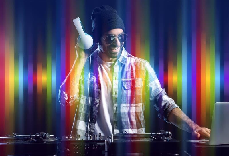 Samiec DJ bawić się muzykę na ciemnym tle obraz royalty free