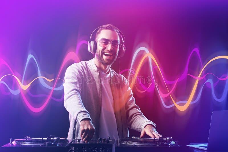 Samiec DJ bawić się muzykę w klubie fotografia stock