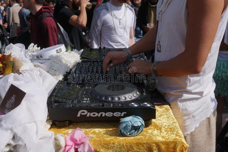 Samiec DJ bawi? si? partyjn? muzyk? outdoors zdjęcie stock