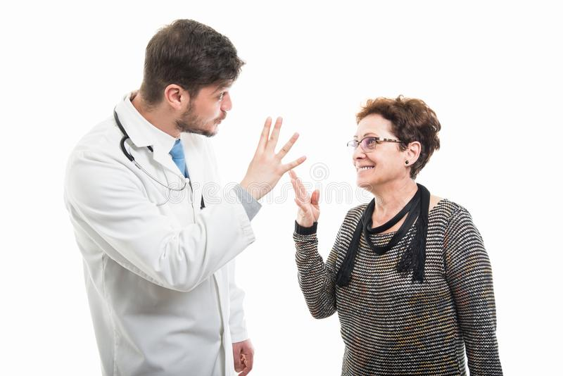 Samiec doktorska i starszy żeński pacjent pokazuje cztery zdjęcia royalty free